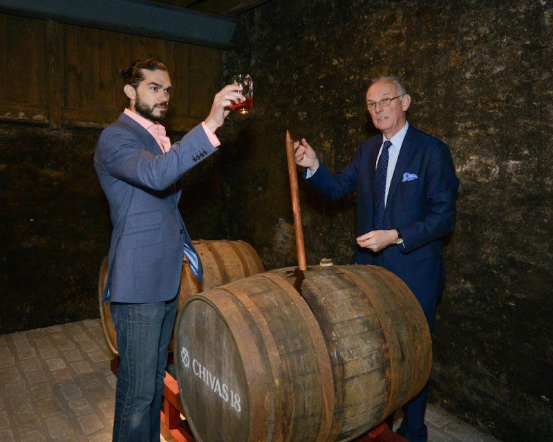 Colin Scott và đầu bếp Jozef nghiên cứu các thùng whisky mạch nha