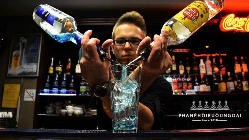 Bartender trổ tài pha chế rượu