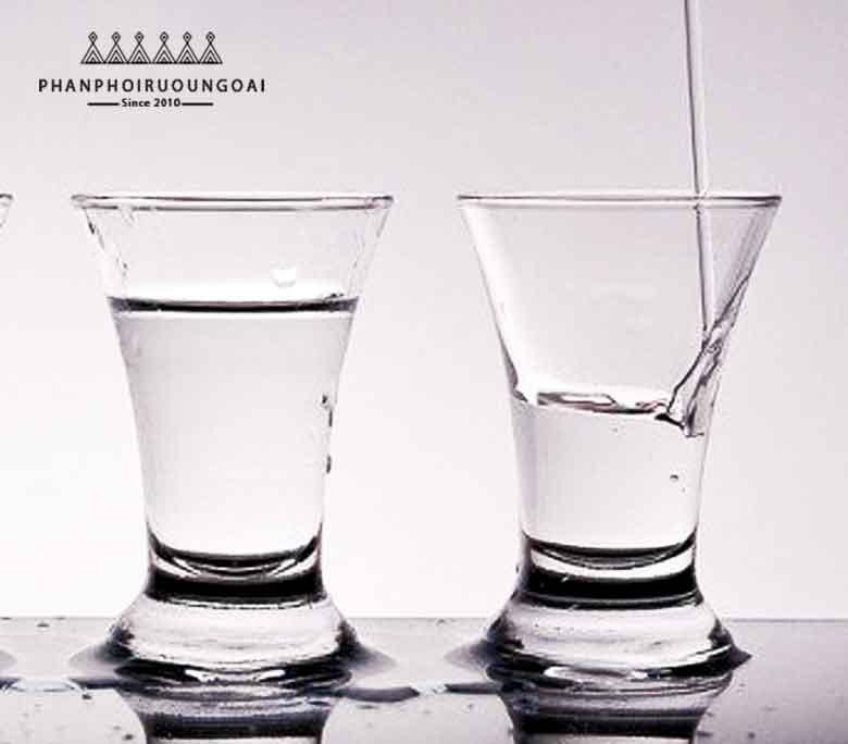 Quy trình lọc bằng lưới bạc tạo nên rượu Vodka Cá Sấu