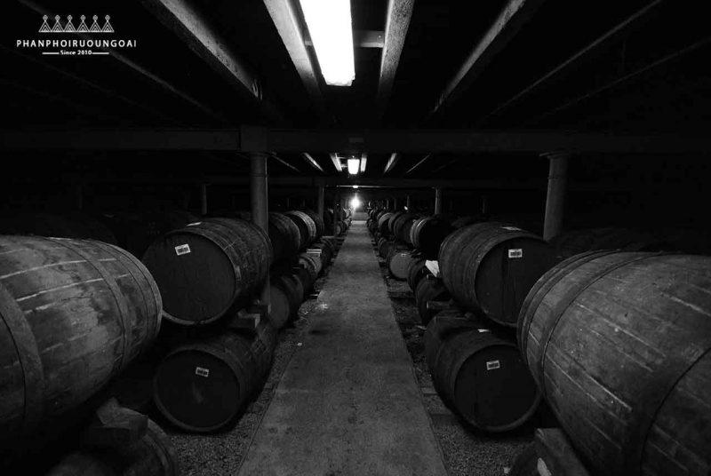 Các thùng gỗ sồi tạo nên rượu Johnnie Walker Blue Label