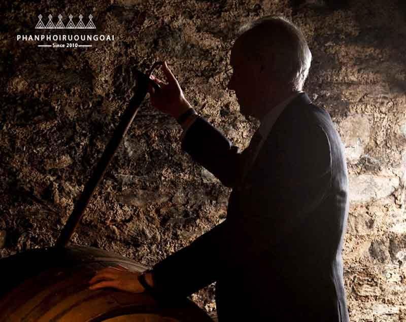 Bậc thầy hầm rượu ông Colin SCott người giám hộ thương hiệu rượu chivas