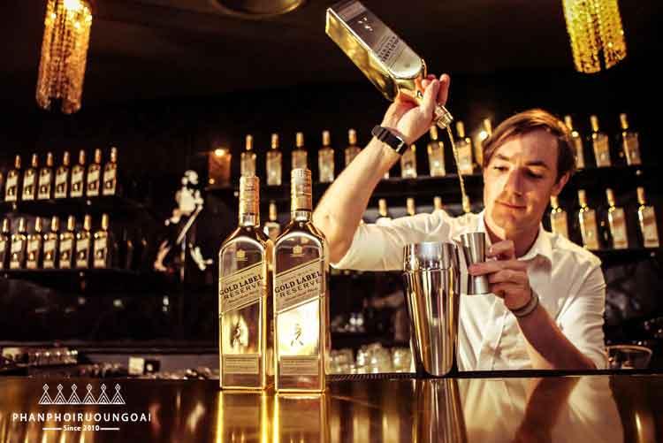 Bartender pha chế các ly cocktail tuyệt hảo với johnnie walker gold label reserve limited edition