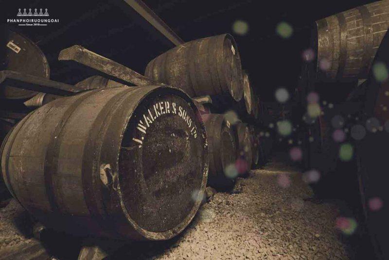 Những thùng gỗ sồi hơn 100 năm tuổi dành để ủ Rượu The John Walker