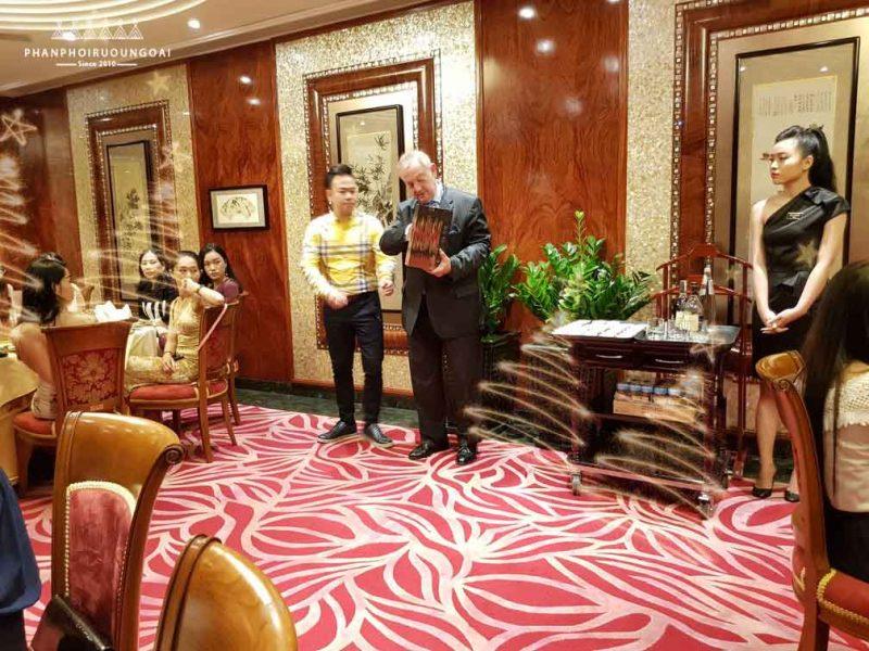 Đại diện nhà Hennessy giới thiệu sản phẩm Hennessy VSOP hộp quà