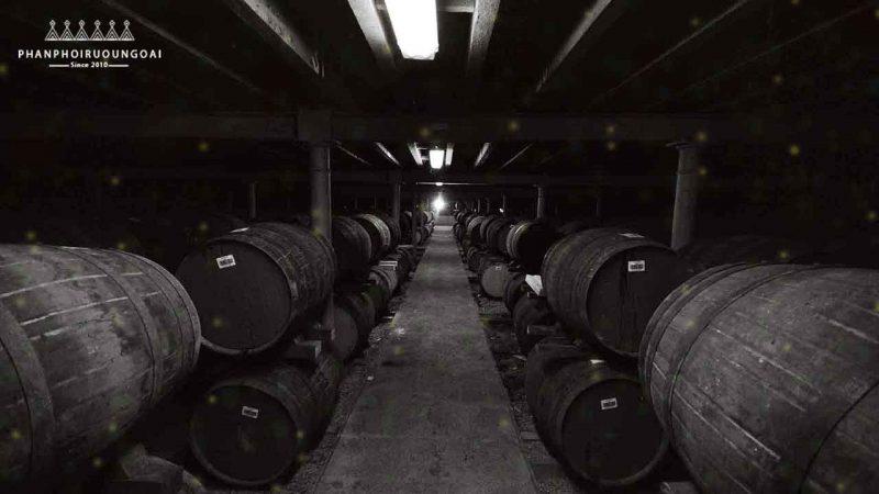 Kho hàng các thùng gỗ sồi dùng để ủ Rượu The John Walker