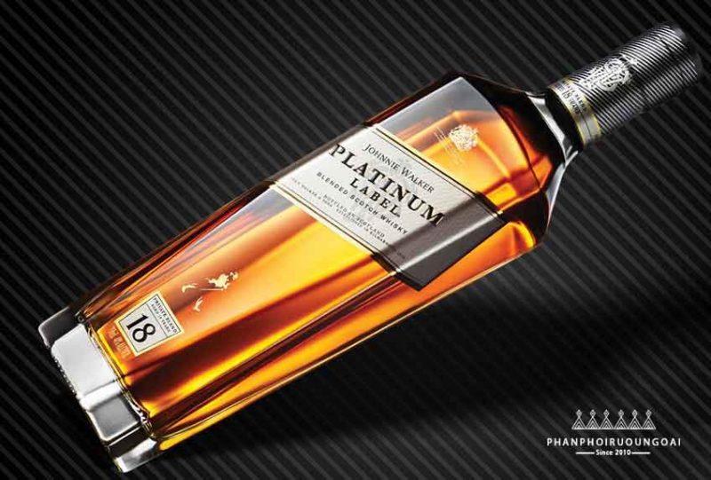 Kiểu dáng chai nghiêng tạo nên sự độc đáo của Johnnie Walker Platinum 18