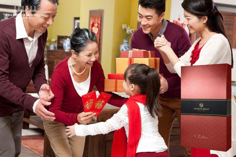 Biếu quà tết cho gia đình với hộp quà 2 vang chateau Dalat Tradition