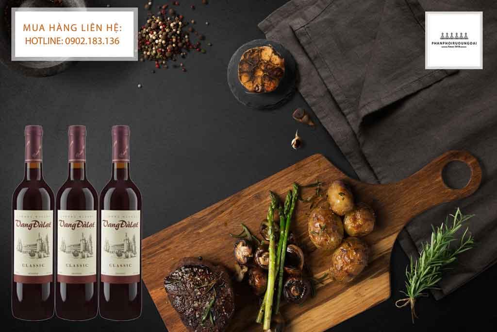 Rượu vang đà lạt Classic Red Wine và món bít tết