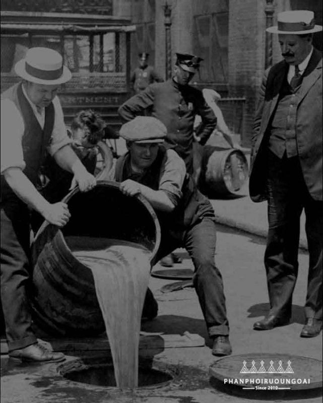 Thời điểm mà đạo luật cấm rượu được ban hành nhà chivas đã rất khó khăn để tồn tại
