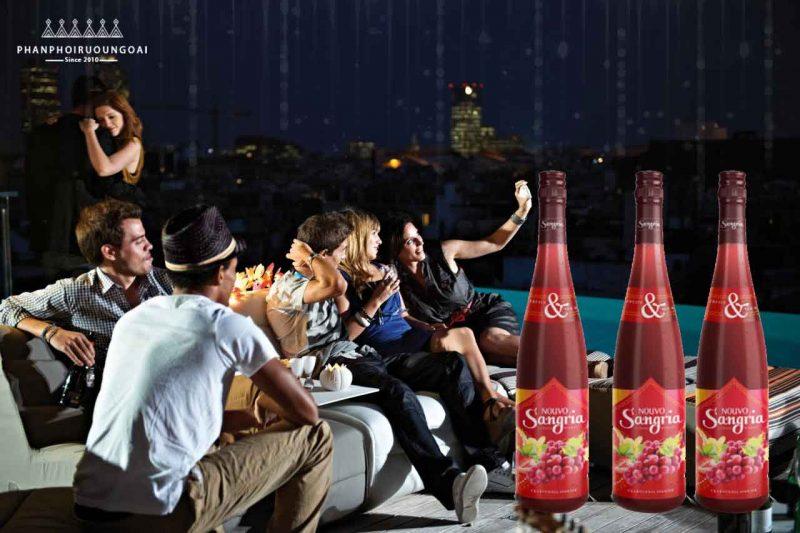 Tiệc ngoài trời bạn bè với Rượu Vang Nouvo Sangria Red Wine