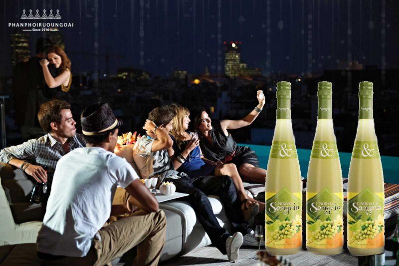 Tiệc với bạn bè ngoài trời với rượu vang Nouvo Sangria White Wine