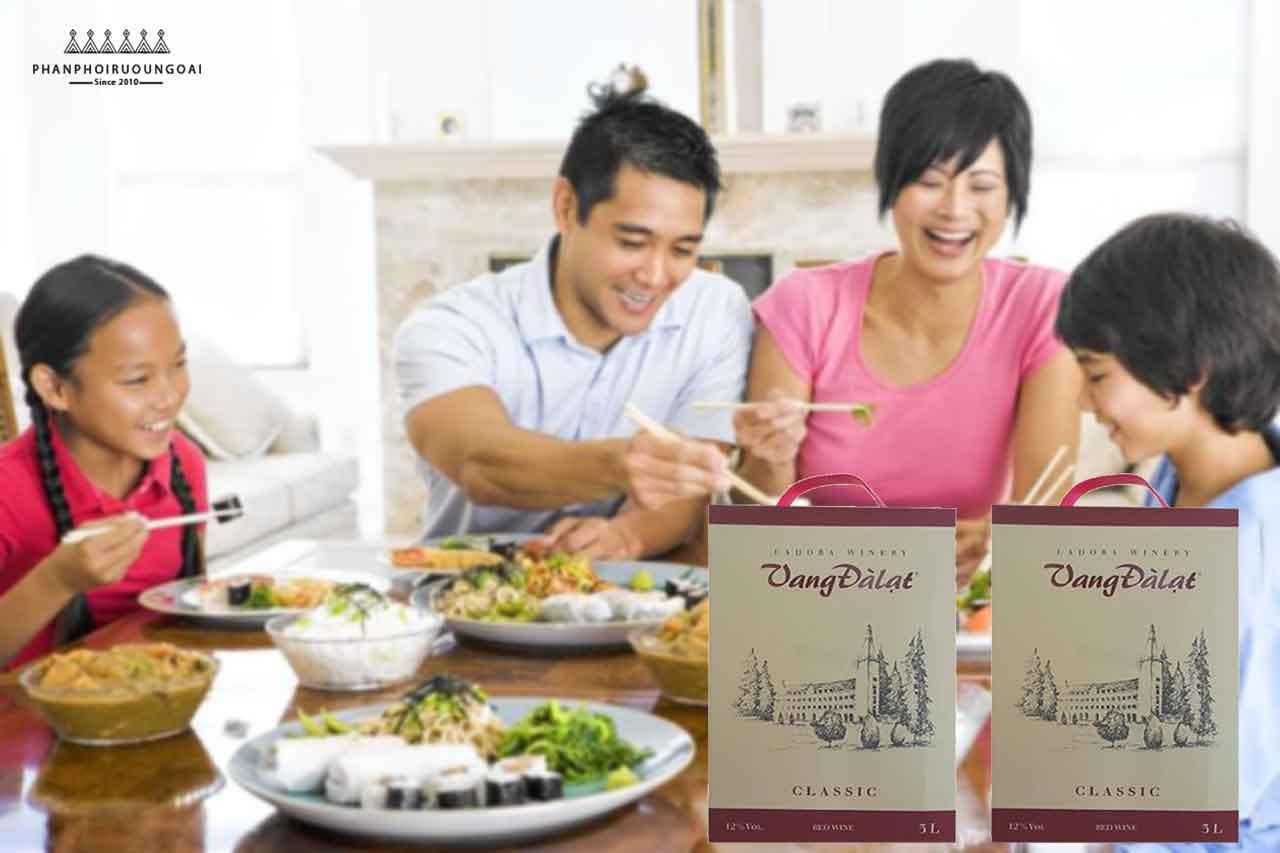 Bữa cơm gia đình với rượu vang đà lạt Classic 3 lít