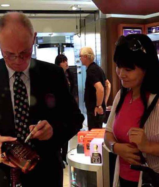 Ngài Colin Scott ký tặng người yêu rượu trên trai Chivas Brother's Blend