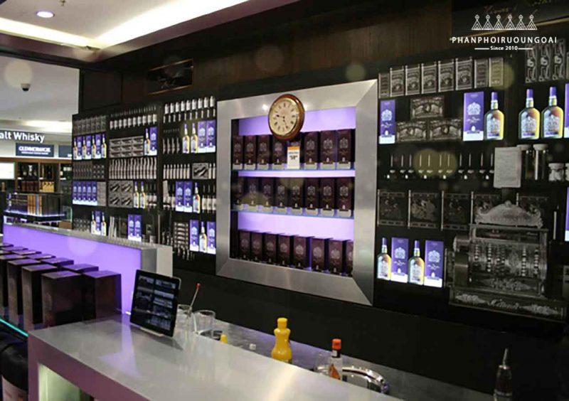 Cửa hàng miễn thuế (duty free) trưng bày rượu chivas brother's blend