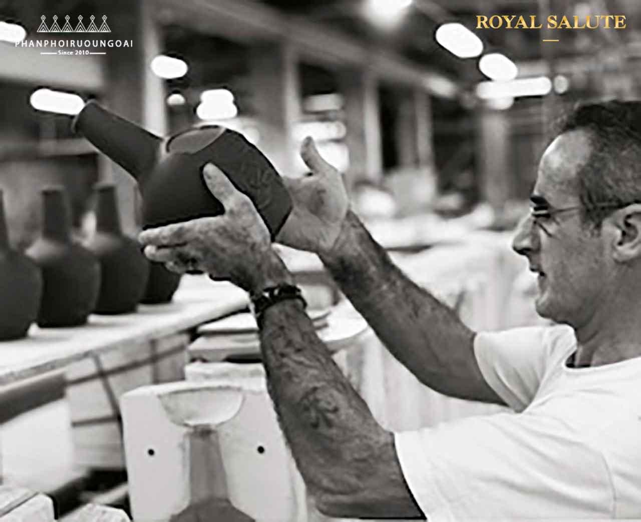 Những chai gốm được xem xét và lựa chọn tỉ mỷ bởi các thợ thủ công tài hoa