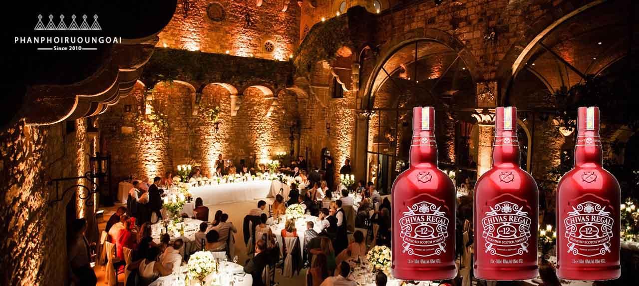 Những bữa tiệc sang trọng trong năm mới có sự góp mặt của Chivas 12 1500 ml đỏ