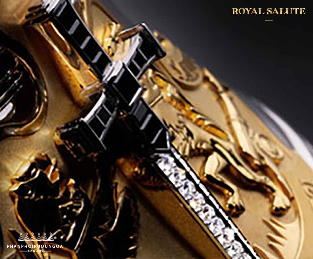 Kim cương được nạm trên thanh kiếm nằm trên thân chai rượu Royal Salute Tribute to Honour
