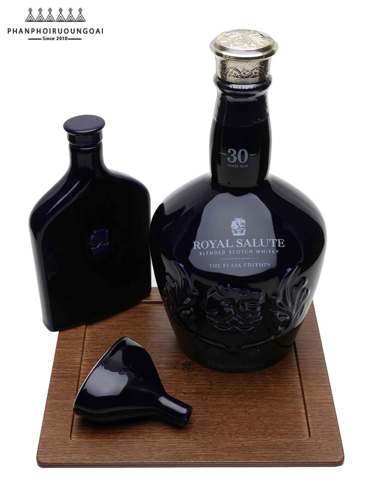 Vật phẩm có trong hộp rượu Royal Salute 30 năm