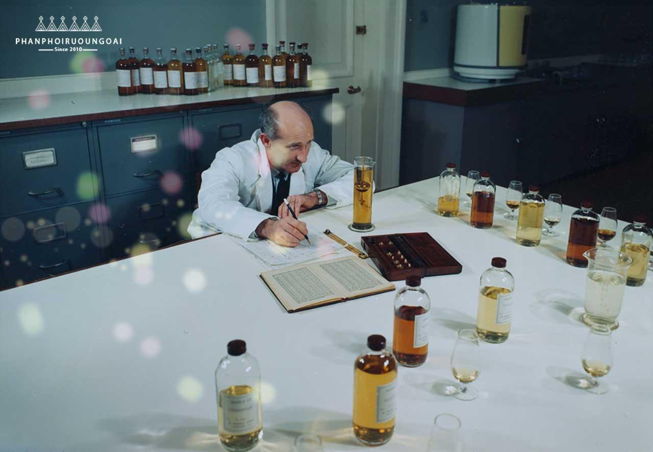 Quá trình tạo ra rượu Royal Salute 21 năm bởi các bậc thầy hầm rượu