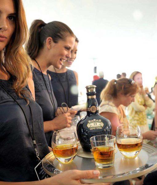 Rượu Royal Salute 21 năm thường xuất hiện trong các bữa tiệc sang trọng