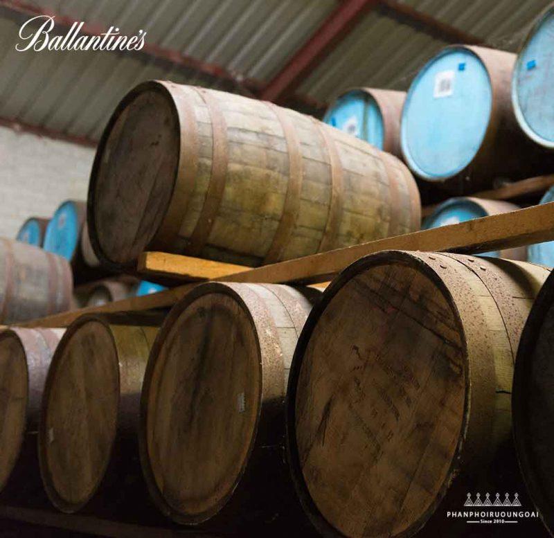 Quá trình trưởng thành trong thùng gỗ sồi của rượu Ballantine's