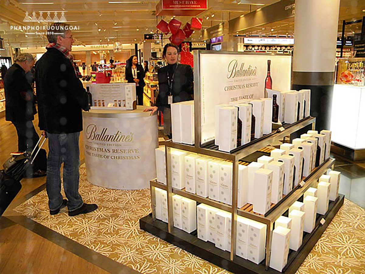 Quầy hàng rượu Ballantine's Christmas Reserve tại cửa hàng miễn thuế