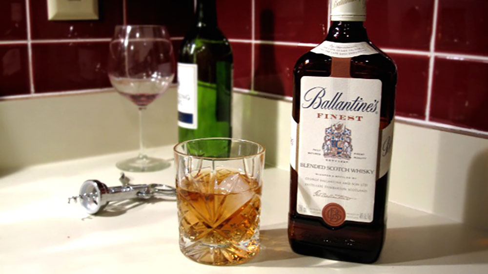 Rượu Ballantine's Finest uống với một chút đá lạnh