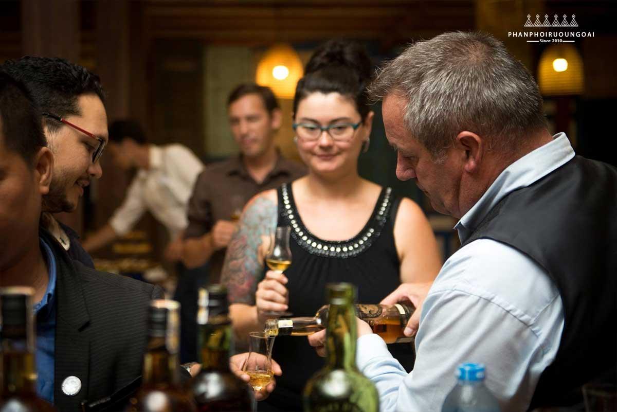 Mr Bill White phục vụ rượu cho thực khách