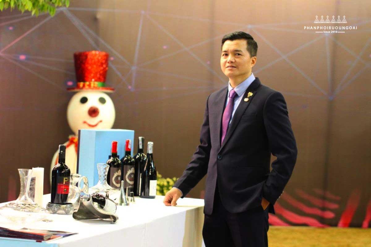 Chuyên gia Alex Thịnh trong một buổi giới thiệu Rượu vang