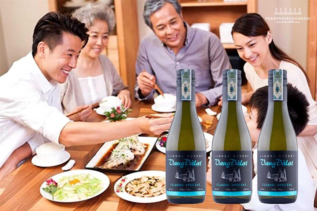 Bữa cơm gia đình ngon hơn với Vang đà lạt Classic Special White Wine 187 ml