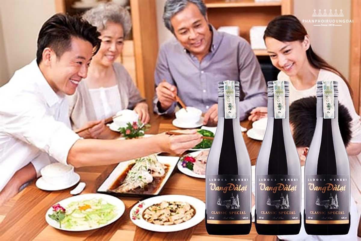 Bữa cơm với vang đà lạt Classic Special 187ml red wine