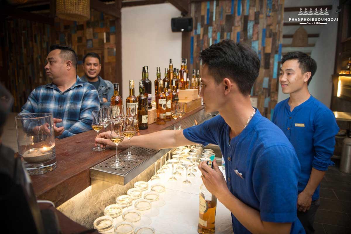 Các Bartender phục vụ rượu cho thực khách