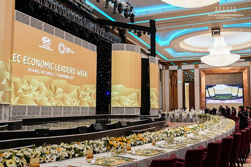 Căn phòng 1200 m2 được trang trí với tông màu chủ đạo là vàng và trắng