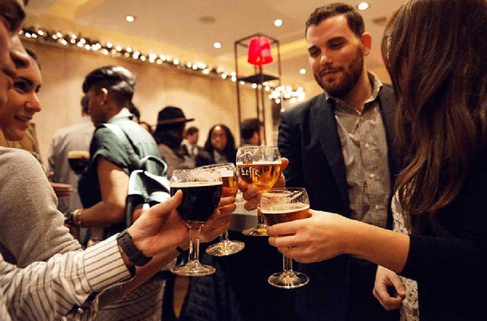 Cùng thưởng thức những ly bia Leffe mát lạnh bên bạn bè