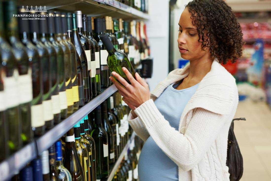 Phụ nữ có bầu có thể uống được rượu vang hay không ? câu trả lời là có