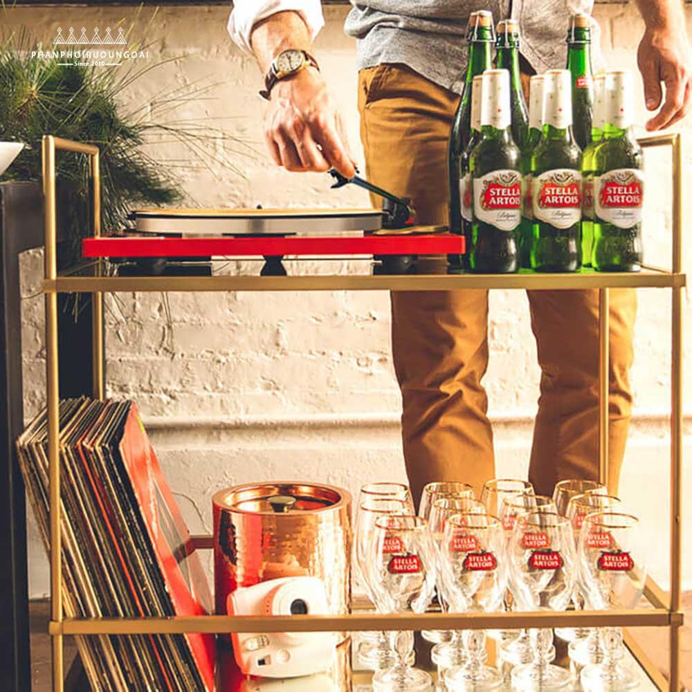 Phục vụ bia Stella Artois tại nhà hàng