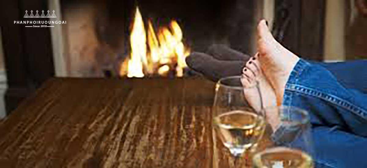 Nên thư giãn trước khi đi ngủ với ly rượu vang đỏ