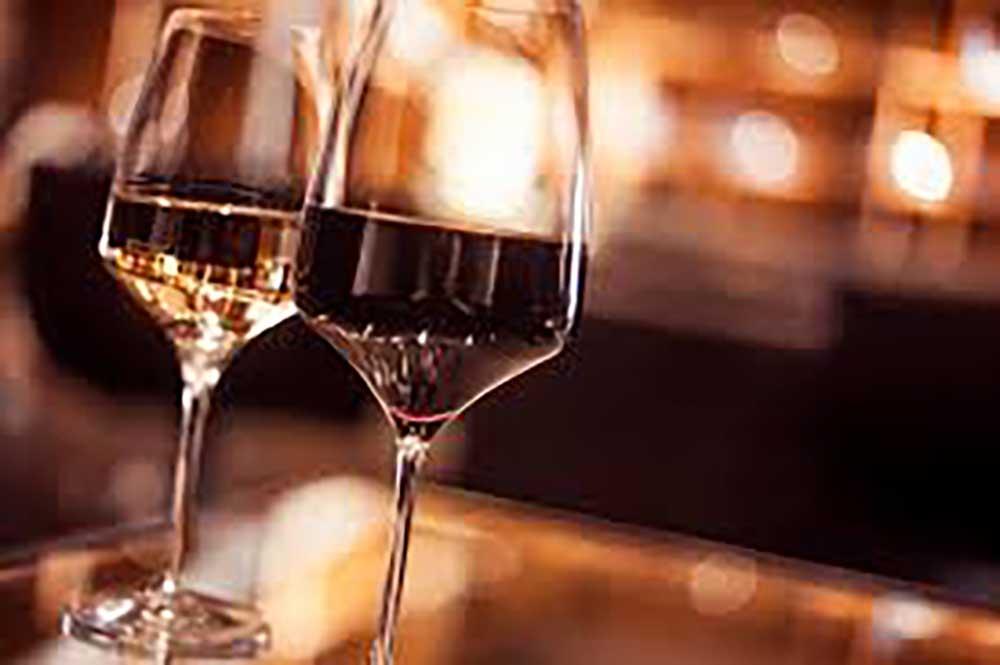 Thư giãn trước khi ngủ với ly rượu vang đỏ