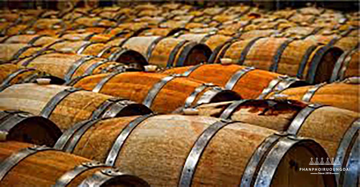 Do sử dụng thùng gỗ sồi để ủ rượu vang