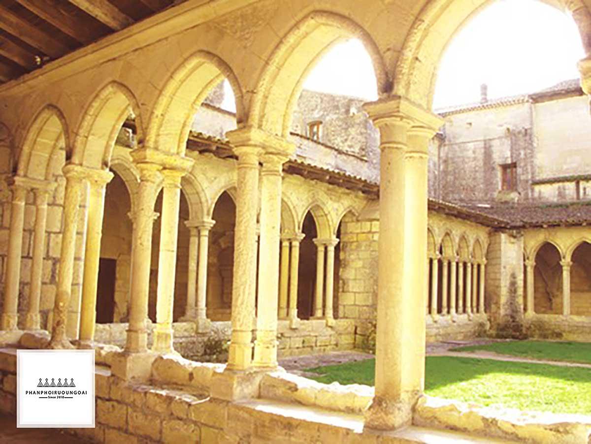 Hành lang và sân sau nhà thờ chính Trinity theo kiến trúc Gothic
