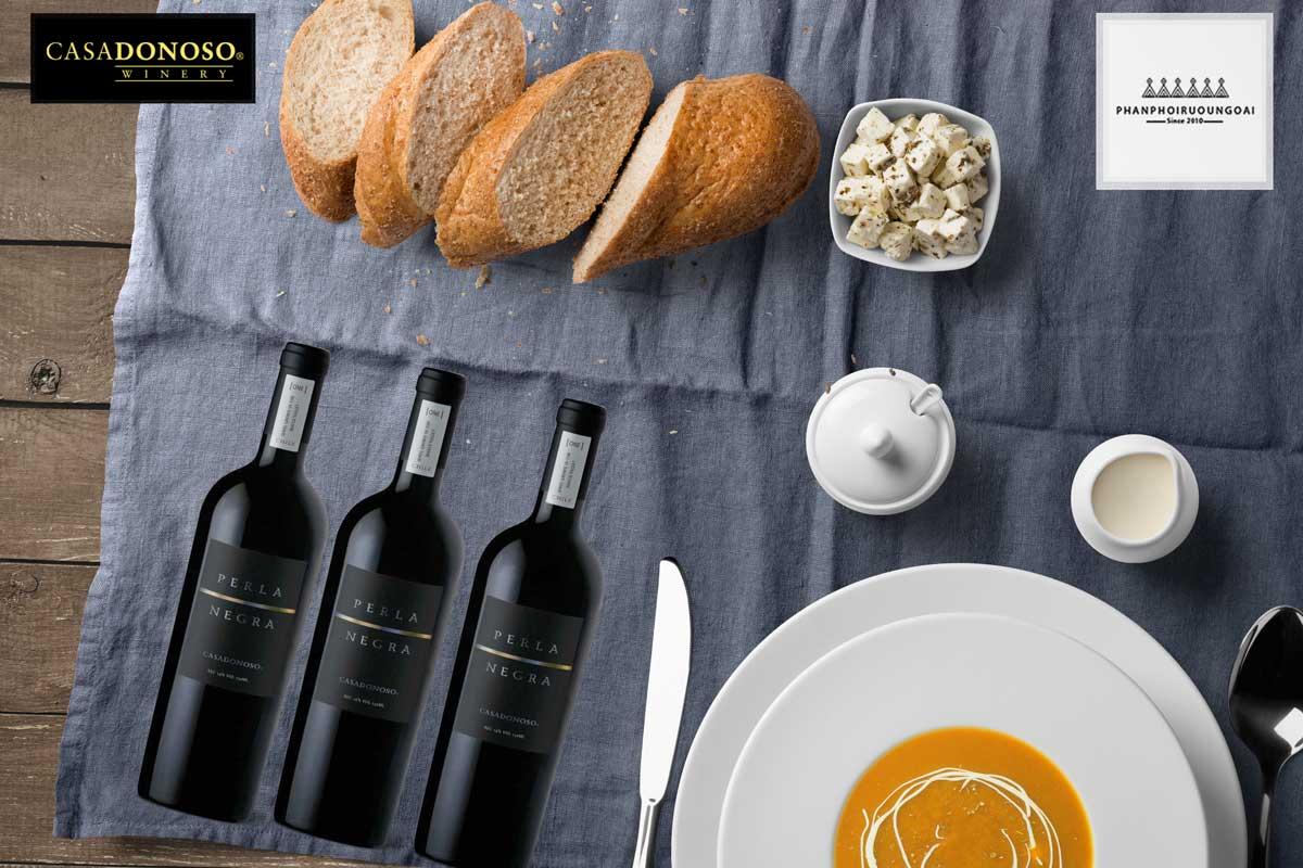 Rượu Vang Casa Donoso Perla Negra và bánh mỳ
