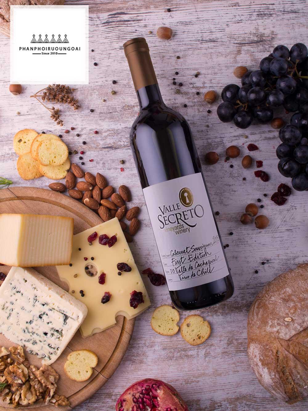Rượu vang First Edition trên bàn ăn