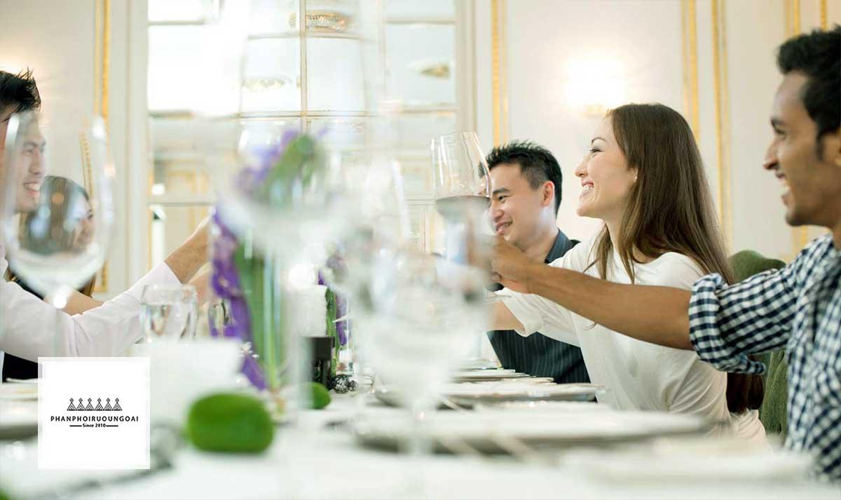 Cùng bạn bè thưởng thức rượu vang từ nho Sauvignon Blanc