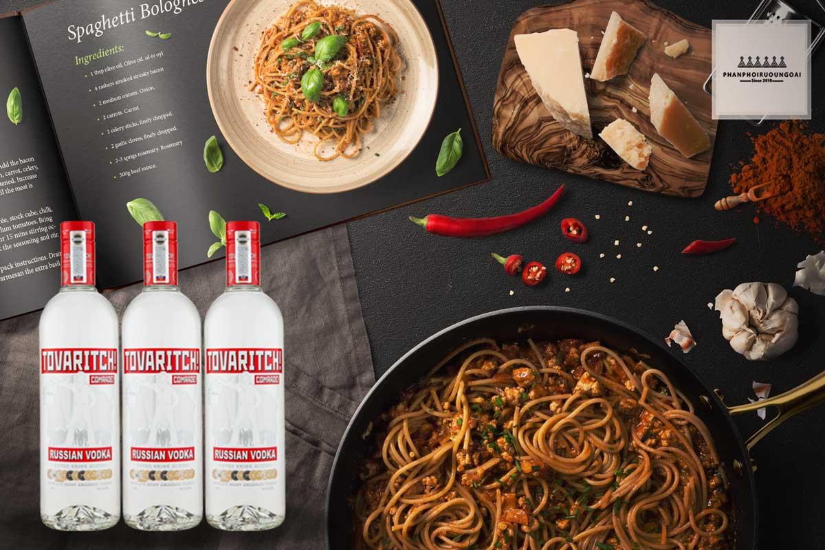 Rượu Vodka Tovaritch 750 ml và đồ ăn