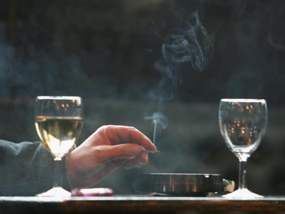 Nên uống rượu vang ở môi trường có khói thuốc lá
