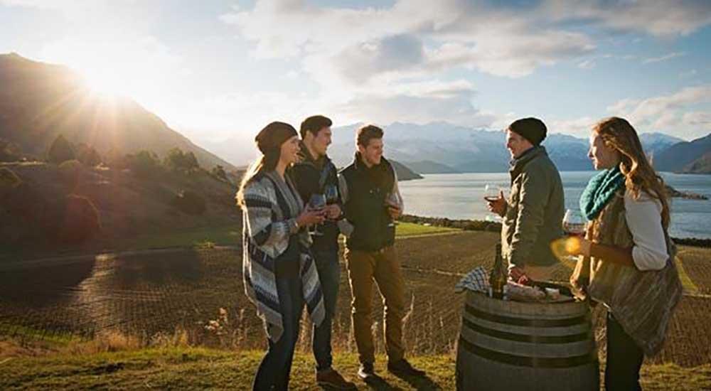 Du khách thăm quan các vùng rượu vang New Zealand