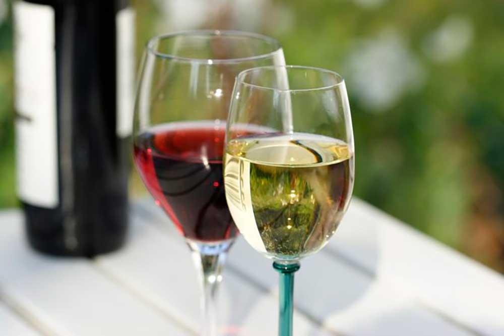 So sánh rượu vang trắng và rượu vang đỏ