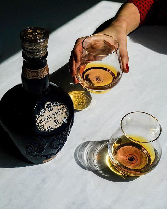 Rượu Chivas 21 năm tuổi được thưởng thức với ly Tulip