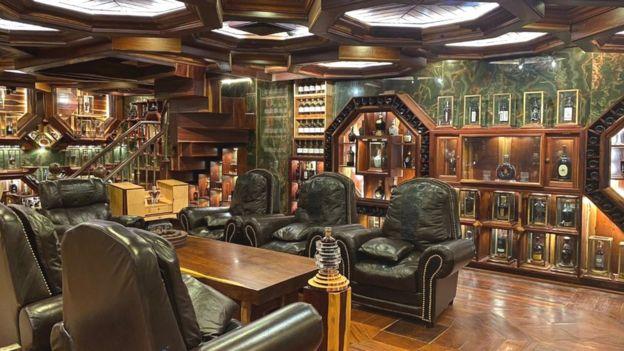 Căn phòng chứa bộ sưu tập rượu Whisky sang trọng của ông Đinh Tuấn Việt