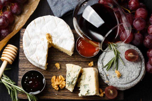 Các loại đồ ăn ngon và rượu vang